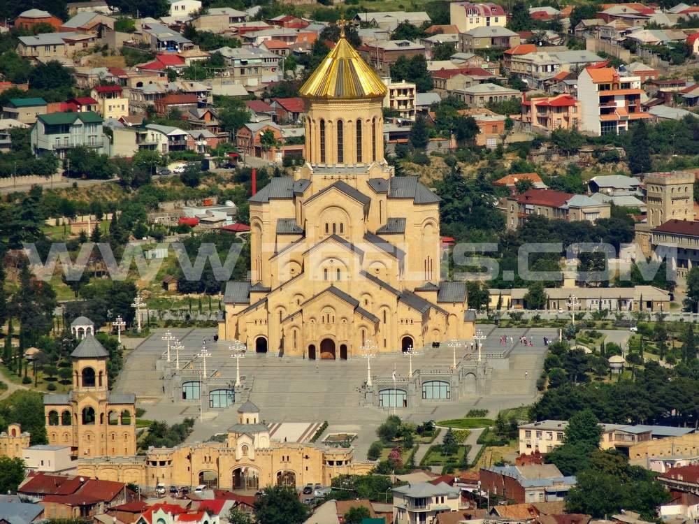 نمایی از کلیسای سامبا و شهر تفلیس در روز