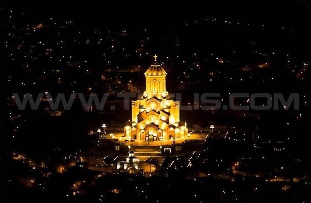 نمایی از کلیسای سامبا و شهر تفلیس در شب