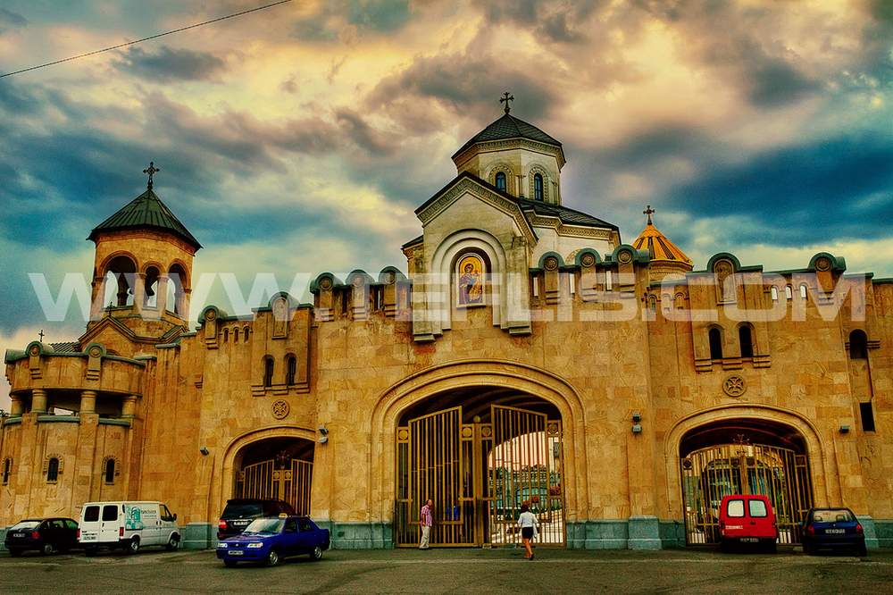 درب ورودی و محوطه بیرونی کلیسای سامبا
