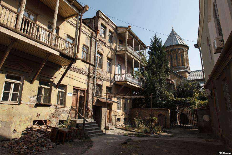 بلوک های آپارتمانی در بافت قدیم و کلیسای سیونی در پس زمینه