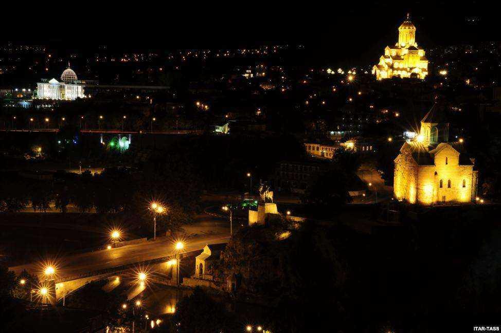 از راست: کلیسای متخی، کلیسای سامبا و کاخ ریاست جمهوری