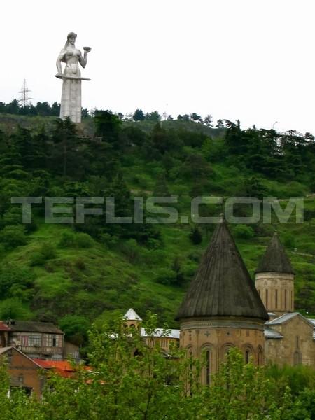 مجسمه مادر بر فراز تپه های سولولاکی