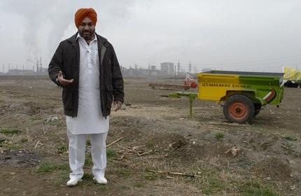 یک هندی در زمین کشاورزی اش در گرجستان