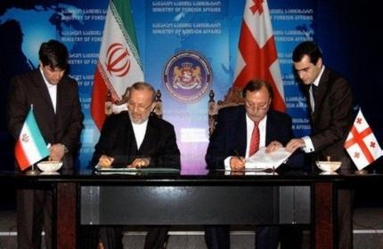وزرای خارجه گرجستان و ایران در حال امضاء قرارداد 'لغو ویزا' (پاییز 2010)