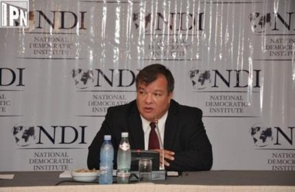 لوئیس ناوارو، رئیس موسسه دموکراتیک ملی (NDI)