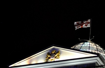 احتزاز پرچم 'جبهه متحد ملی' بر فراز کاخ ریاست جمهوری در تفلیس