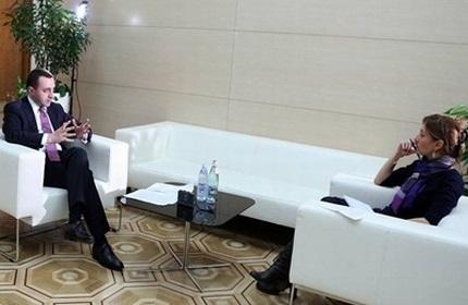 ایراکلی قریباشویلی (چپ) در حال مصاحبه با خبرنگار رویترز در تفلیس