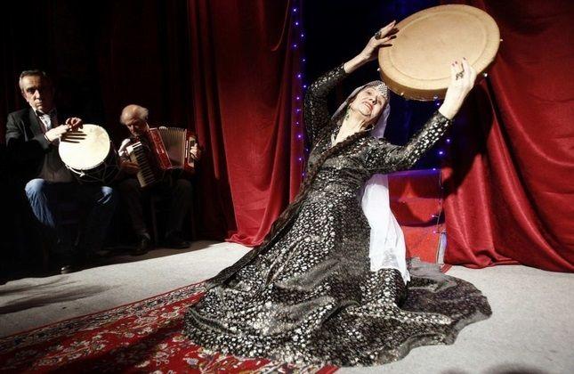 لیرا آرابولی در حال اجرا
