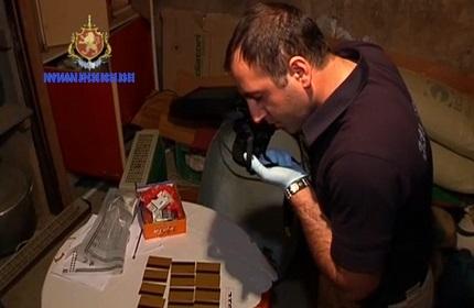 پلیس گرجستان، در حال تهیه عکس از کارت های جعلی در منزل متهم