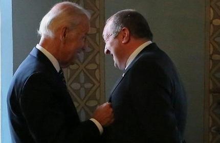 گیورگی مارگولاشویلی (راست) و جو بایدن (چپ) در اوکراین