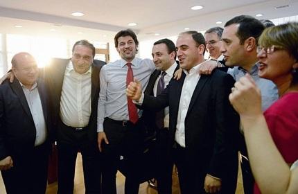 اعضای ارشد حزب رویای گرجی در دفتر مرکزی این حزب، لحظاتی پس از اعلام نتایج اولیه انتخابات
