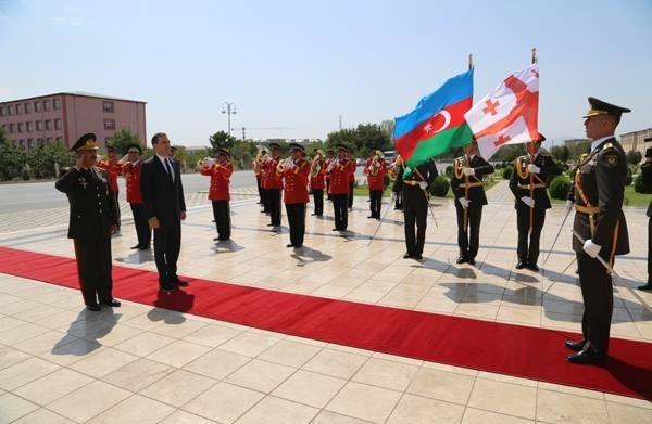 استقبال رسمی ژنرال ذاکر حسن اف، وزیر دفاع آذربایجان از ایراکلی آلاسانیا، وزیر دفاع گرجستان در نخجوان