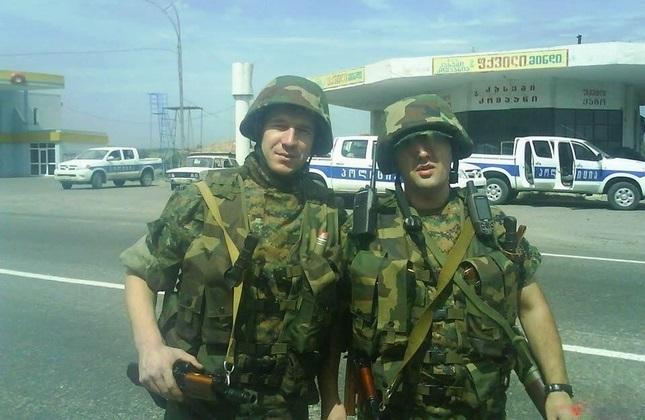 ترخان باتیراشویلی (عمر چچنی) در زمان خدمت در ارتش گرجستان (چپ)