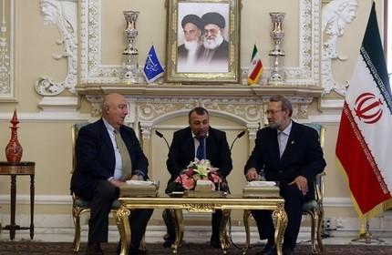 علی لاریجانی، رییس مجلس ایران (راست) و تدو جاپاریدزه رییس کمیسیون روابط خارجی پارلمان گرجستان (چپ)