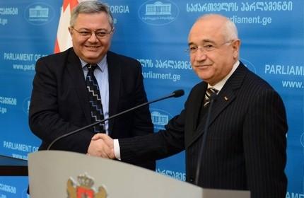 جمیل چیچک، رییس مجلس ترکیه (راست) و داویت اوسوپاشویلی، رییس پارلمان گرجستان