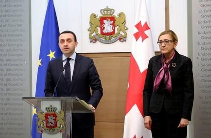 تامار بروچاشویلی، وزیر امور خارجه (راست) و ایراکلی قریباشویلی نخست وزیر گرجستان
