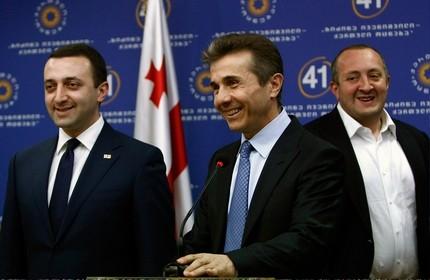 از راست: گیورگی مارگولاشویلی (رییس جمهور)، بیدزینا ایوانیشویلی (نخست وزیر سابق) و ایراکلی قریباشویلی (نخست وزیر)