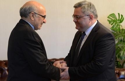 داویت اوسوپاشویلی، رئیس پارلمان گرجستان (راست) و عباس طالبی فر، سفیر ایران (چپ)