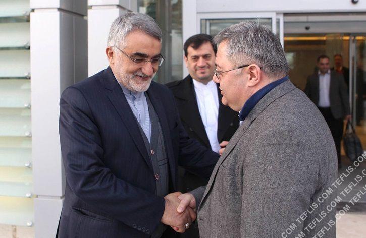 داویت اوسوپاشویلی، رئیس پارلمان گرجستان (راست) و علاءالدین بروجردی، رئیس کمیسیون امنیت ملی و سیاست خارجی مجلس ایران (چپ)
