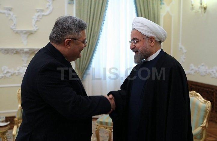 حسن روحانی، رئیس جمهور ایران (راست) و داویت اوسوپاشویلی، رئیس پارلمان گرجستان (چپ)