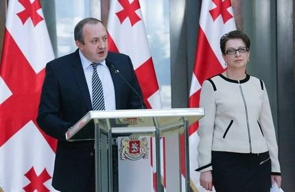 گیورگی مارگولاشویلی، رئیس جمهور گرجستان (چپ) و نینو گِوِنِتادزه، رئیس جدید دیوان عالی (راست)