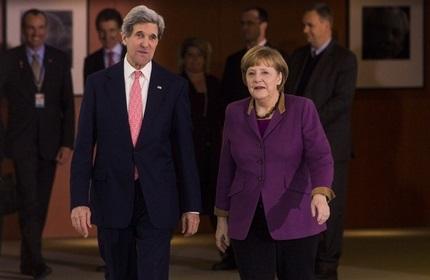 آنگلا مرکل، صدر اعظم آلمان (راست) و جان کری، وزیر امور خارجه آمریکا (چپ)
