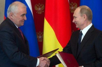 لئونید تیبیلوف، رهبر اوستیای جنوبی (چپ) و ولادیمیر پوتین، رئیس جمهور روسیه