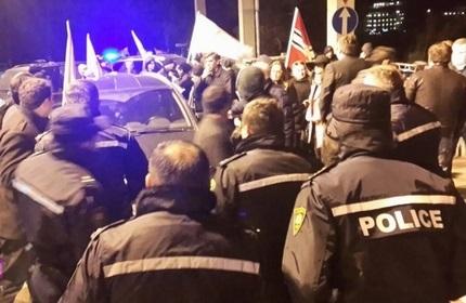 تجمع اعتراضی در بیرون اقامتگاه ایوانیشویلی برای استعفای دولت گرجستان