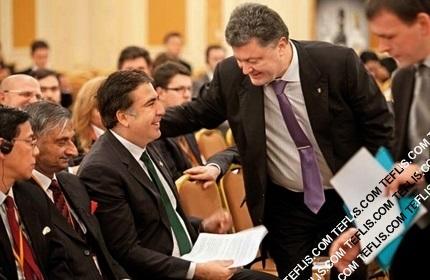 پترو پروشنکو، رئیس جمهور اوکراین (ایستاده، راست) و میخائیل ساکاشویلی، رئیس جمهور سابق گرجستان (نشسته، چپ)