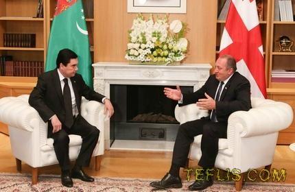 گیورگی مارگولاشویلی، رئیس جمهور (راست) و قربان قلی بردی محمداف، رئیس جمهور ترکمنستان