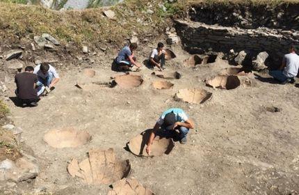 کشف 43 کوزه خاک رس قدیمی در قلعه خیخانی، واقع در غرب گرجستان