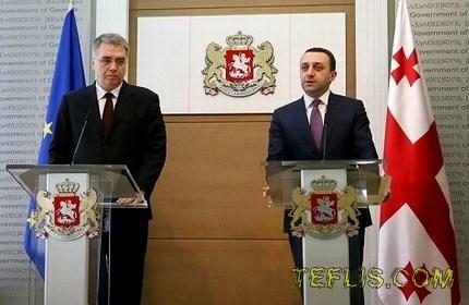 ایراکلی قریباشویلی، نخست وزیر (راست) و داویت سرجی انکو، وزیر بهداشت گرجستان (چپ)