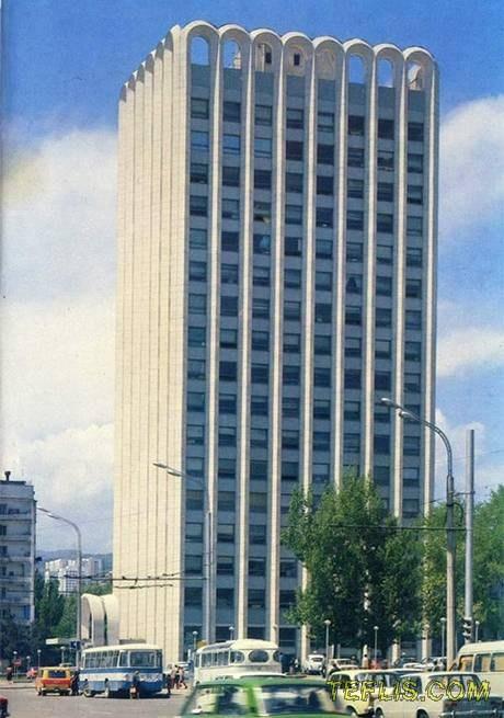 ساختمان مترو دِلیسی، واقع در خیابان واژا پاشوِلا، 1982 میلادی