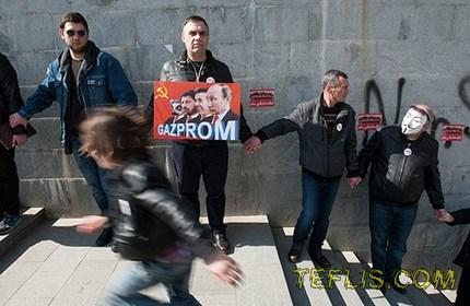 تشکیل زنجیره انسانی مردم گرجستان در مخالفت با خرید گاز از روسیه